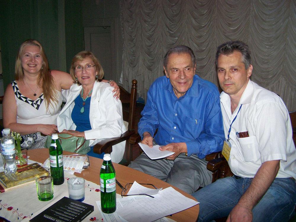 Основатели Холотропного Дыхания® - Кристина и Станислав Гроф (в центре). Ирина и Сергей Попроцкие (слева и справа соответственно).